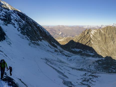 passage de la première grosse crevasse sur le glacier du grand col.