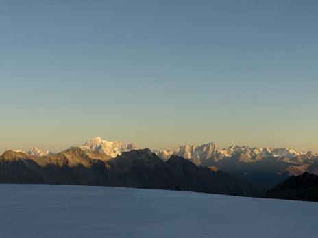Lever de soleil sur la chaine du mont blanc, au loin...