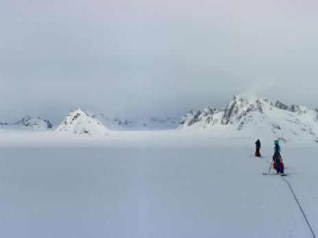 Nous sommes à la croisée des glaciers et à pied d'oeuvre pour exploiter la seule vraie journée de beau temps que nous aurons.