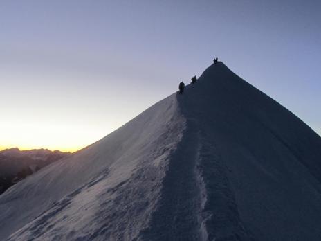 Le jour se lève, on arrive au sommet du Mont Blanc