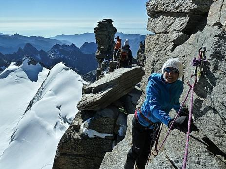 La traversée rocheuse pour accéder au sommet