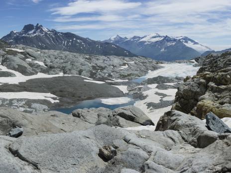 A la sortie du glacier de l'Arpont, les lacs du même nom.