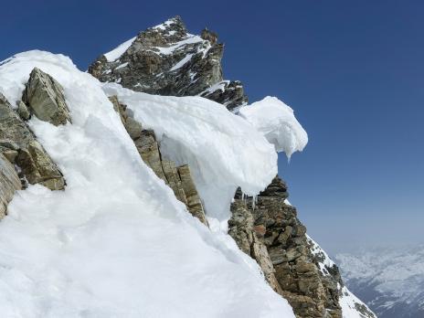 Les impressionnantes corniches qui dominent le glacier de la Gurraz