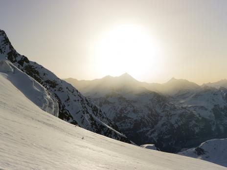 Lever de soleil sur le glacier suspendu de la Sache