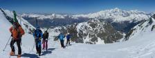 Arrivée au col des Roches en crampons à cause de la neige très dure.